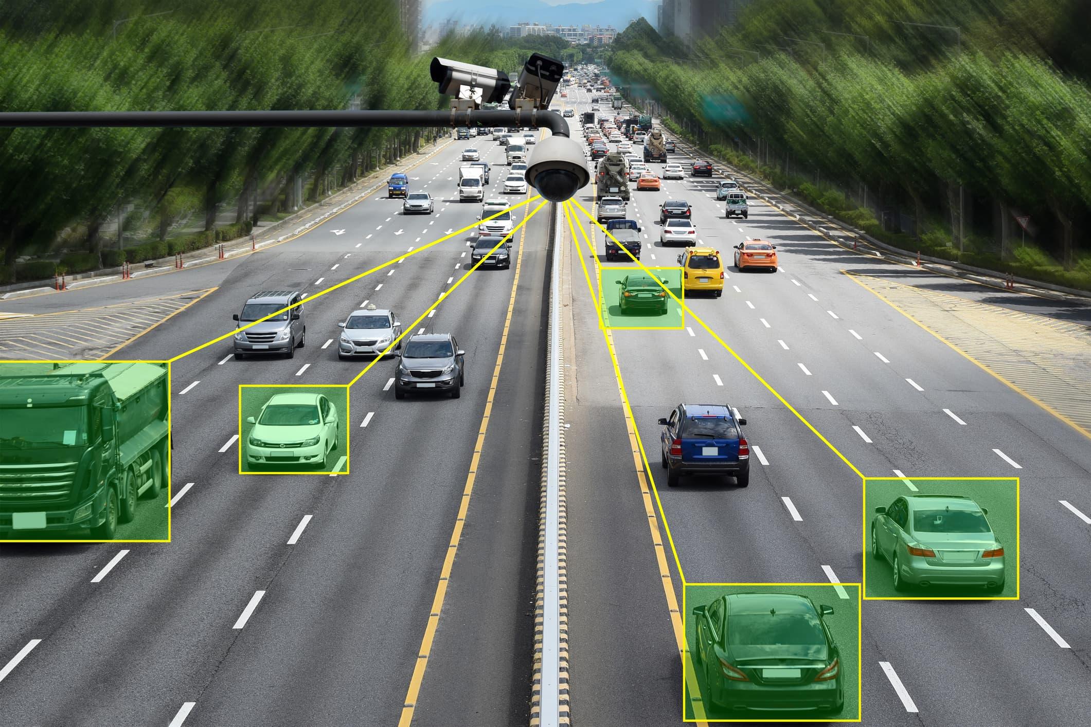 Motorvei med biler som blir analysert