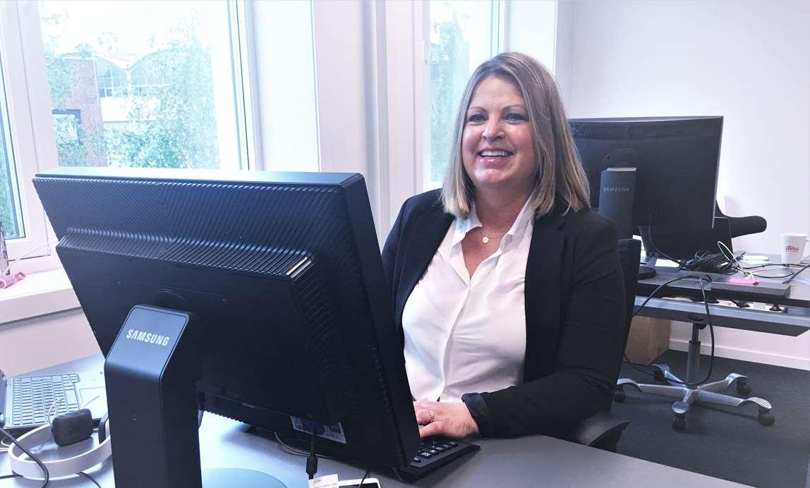 Woman looking at computer screen. Photo.